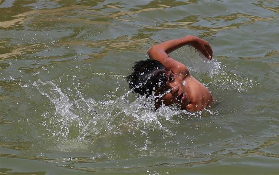 02.05.2019 | Bild des Tages | Junge in Karachi bei 42° C | Dream Bo...